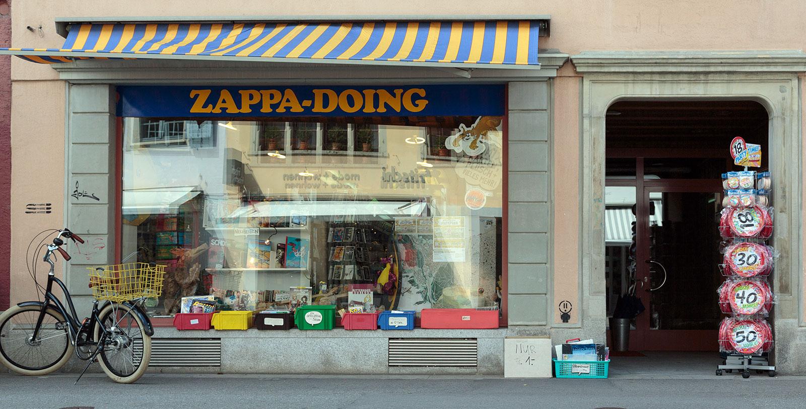 Schaufenster des Zappa-Doing Comicshop an der Obergasse 5 in Winterthur